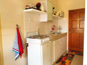 A cozinha ou cozinha compacta de Studio local hospitality between Mambobeach and the town, near local divingschool