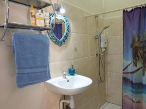 Um banheiro em Studio local hospitality between Mambobeach and the town, near local divingschool