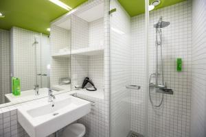 A bathroom at Green City Hotel Vauban