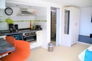 A cozinha ou cozinha compacta de VIP Caribbean Views 300 meters to the Coral Estate beach