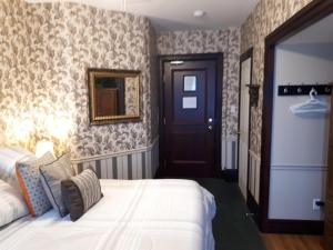 A bed or beds in a room at The King George Inn