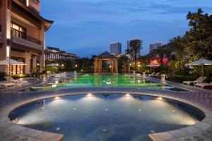 The swimming pool at or near Wanda Realm Guangzhou Hotel