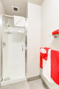 A bathroom at VR Auckland City