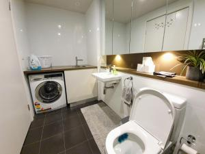 A bathroom at Luxury Level 2-bed 2-bath City View Apt in Olympic Park
