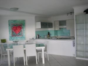 A kitchen or kitchenette at Casablanca Palms