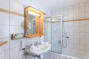 Ein Badezimmer in der Unterkunft Hotel Alpenrose