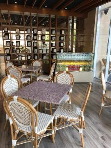 The lounge or bar area at Verse Luxe Hotel Wahid Hasyim