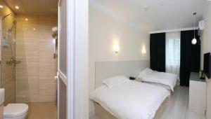 Ein Bett oder Betten in einem Zimmer der Unterkunft Chunshengjiang Hotel