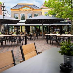 A restaurant or other place to eat at City Hotel de Jonge