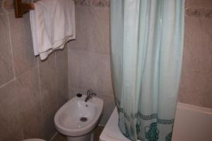 A bathroom at Hostal Playa 2