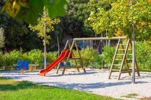 Ein Kinderspielbereich in der Unterkunft Hotel Hedera - Maslinica Hotels & Resorts