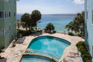 Uma vista da piscina em Blue Bay Beach Apartments ou nos arredores