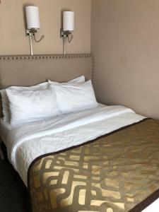 A bed or beds in a room at Grandview Hotel New York