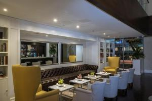 A restaurant or other place to eat at Cayena-Caracas