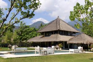 Der Swimmingpool an oder in der Nähe von Puri Ganesha Homes by the BEACH