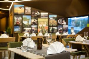 A restaurant or other place to eat at Hotel Vinotel Gospoja