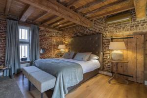 A bed or beds in a room at Hotel Kasteel Terworm