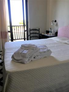 A bed or beds in a room at Hotel Calabona