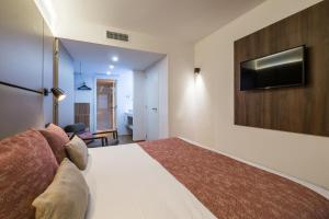 A bed or beds in a room at Pierre & Vacances Madrid Apartamentos Eurobuilding 2