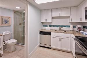 A kitchen or kitchenette at Grand Seas by Exploria Resorts