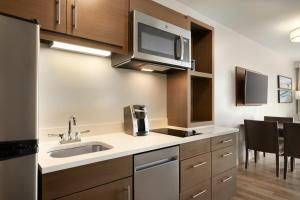 A kitchen or kitchenette at TownePlace Suites by Marriott Outer Banks Kill Devil Hills
