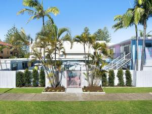 A garden outside Ventura Beach Motel - 1 Bedroom Unit 8
