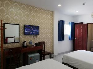 A television and/or entertainment center at Minh Khue Hotel