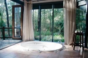 A bathroom at Woodlands Rainforest Retreat