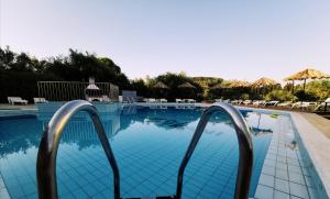 The swimming pool at or close to Lofos Strani