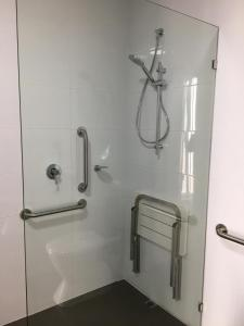 A bathroom at Robe Marina Accommodation