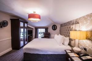 A bed or beds in a room at DoubleTree by Hilton Cheltenham