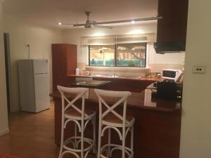 A kitchen or kitchenette at Pete's Place