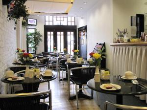 A restaurant or other place to eat at Richmond Park Hotel