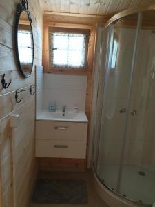 Łazienka w obiekcie Domki w Charzy pod Kotwica