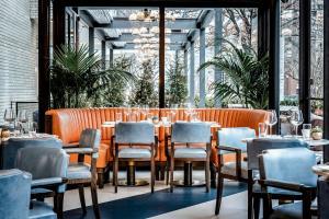 Un restaurante o sitio para comer en The Dupont Circle Hotel