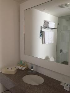A bathroom at Hotel Holiday Inn Express & Suites Medellin, an IHG Hotel