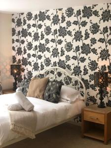 A bed or beds in a room at The Strawbury Duck Inn