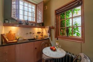 Een keuken of kitchenette bij Private Mansions