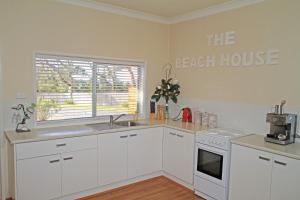A kitchen or kitchenette at The Beach House in Berrara