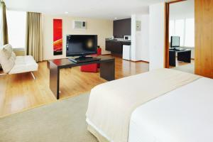 A television and/or entertainment center at Hotel Holiday Inn Express & Suites Medellin, an IHG Hotel