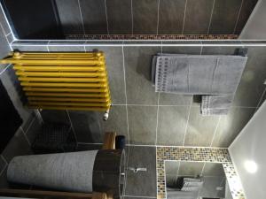 A bathroom at L'Art du Temps