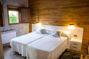 A bed or beds in a room at Lares · Cabañas Rurales