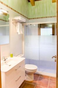 A bathroom at Lares · Cabañas Rurales