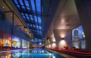 المسبح في فندق تريدرز كوالالمبور أو بالجوار