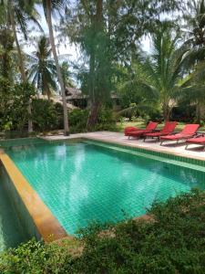 المسبح في Baan Manali Resort أو بالجوار