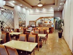 Ein Restaurant oder anderes Speiselokal in der Unterkunft Phoenix Palace Hotel Hanoi