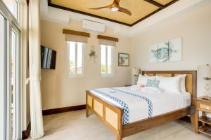 A bed or beds in a room at Ocean Breeze