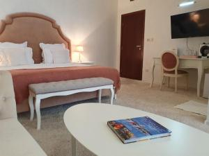 A bed or beds in a room at Hotel Tempo Boutique