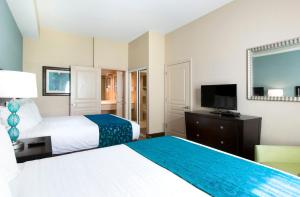 A bed or beds in a room at Hawthorn Suites by Wyndham Lake Buena Vista, a staySky Hotel & Resort