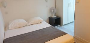 Un ou plusieurs lits dans un hébergement de l'établissement Hotel Le Bourgogne